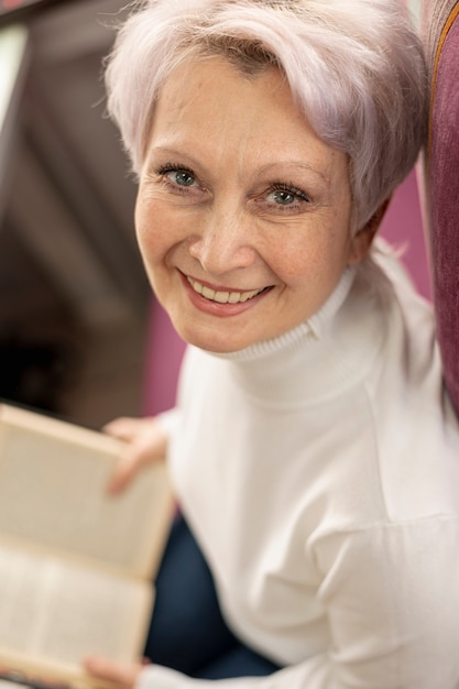 Alto ângulo, smiley, femininas, leitura Foto gratuita