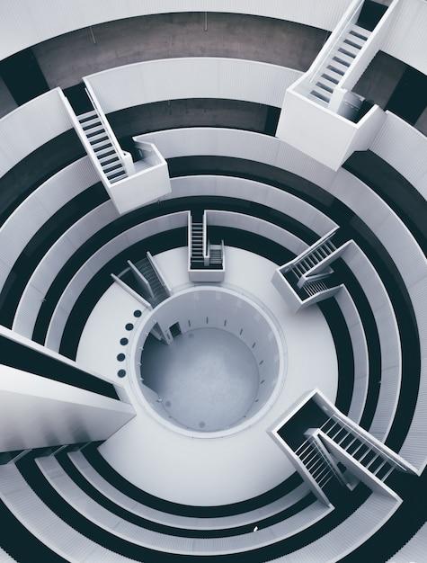 Alto ângulo vertical de um interior preto e branco com muitas escadas Foto gratuita