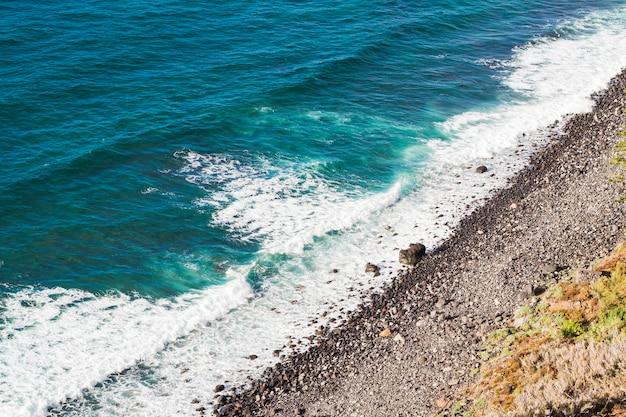 Alto, ângulo, vista, cristalino, água, em, litoral Foto gratuita