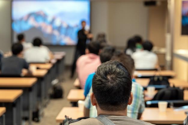 Alto-falante, ligado, a, fase, frente, a, sala, com, vista traseira, de, audiência, em, pôr, mão, cima, acton Foto Premium
