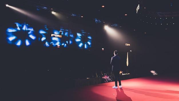 Alto-falante no palco em uma sala de conferências Foto Premium