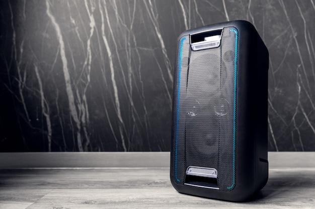 Alto-falante portátil bluetooth em fundo escuro Foto Premium