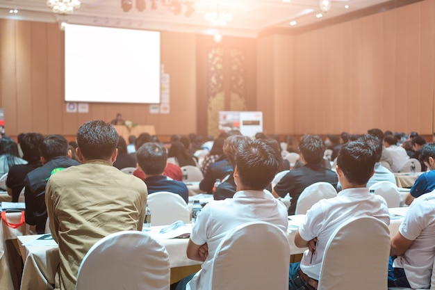 Alto-falantes no palco com vista traseira do público na sala de conferências ou reunião seminário Foto Premium