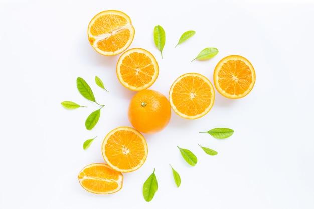 Alto teor de vitamina c, suculento e doce. fruta laranja fresca com folhas verdes em branco. Foto Premium