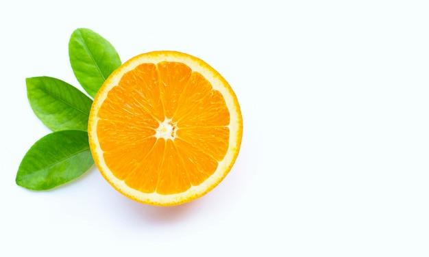 Alto teor de vitamina c, suculento e doce. fruta laranja fresca isolada. Foto Premium