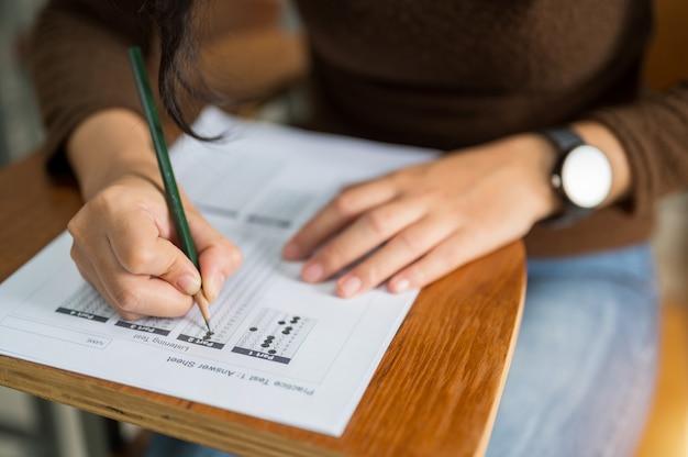 Aluna fazendo testes na universidade Foto Premium