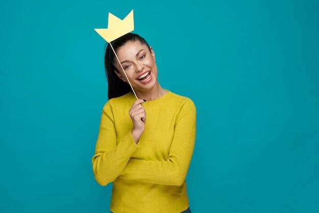 Aluna feliz posando com coroa em estúdio Foto Premium