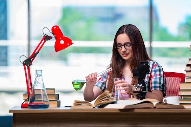 Aluna se preparando para os exames de química Foto Premium
