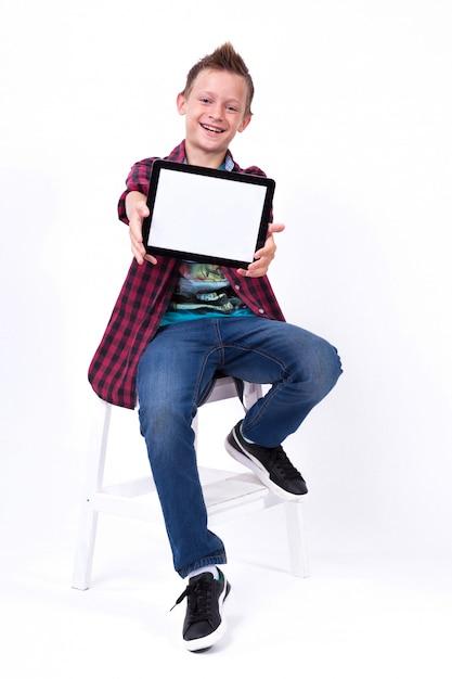 Aluno bem sucedido com um tablet na tela de mão para o cliente Foto Premium