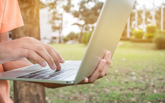 Aluno, jovem, usando, laptop, computador, parque, verde, capim, escola Foto Premium