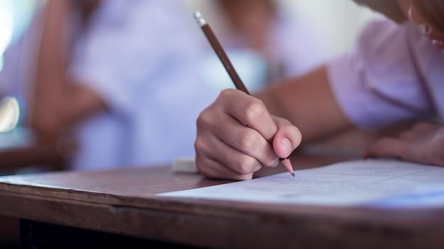 Alunos a fazer exame com estresse em sala de aula de escola. Foto Premium
