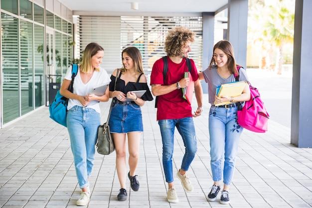 Alunos alegres se comunicando depois das aulas Foto gratuita