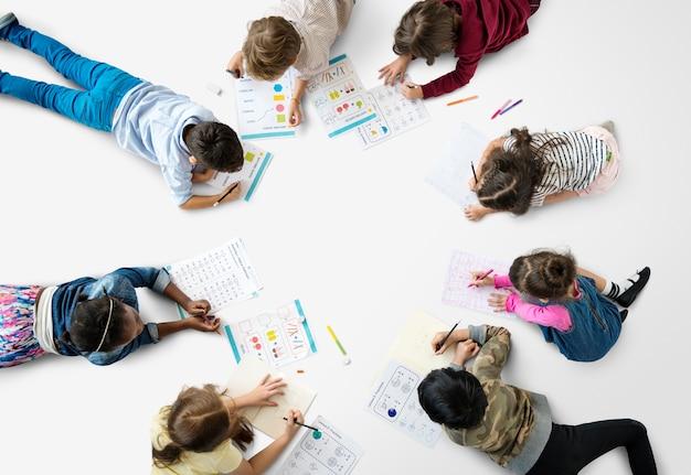 Alunos concentrando-se com matemática lição de casa de aprendizagem Foto Premium
