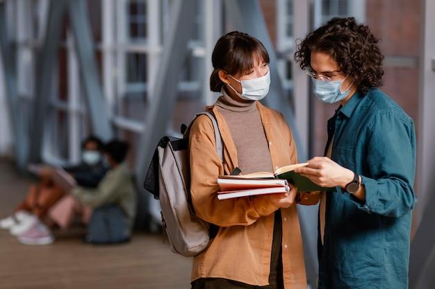 Alunos conversando usando máscaras médicas Foto Premium