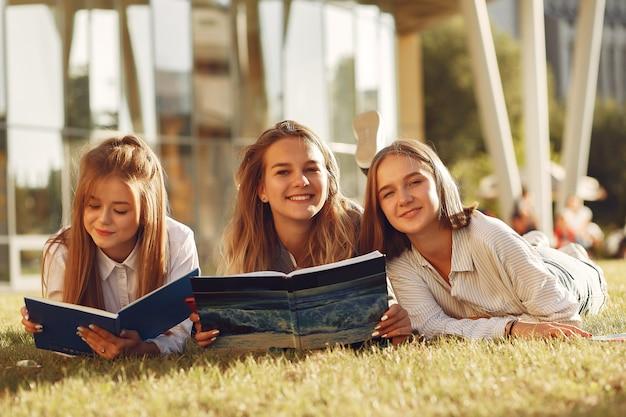 Alunos do campus com livros e bolsas Foto gratuita
