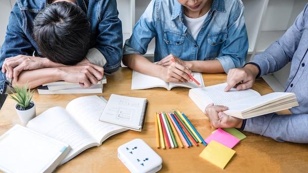Alunos do ensino médio ou tutor de grupo de colegas de classe na biblioteca, estudando e lendo com ajuda amigo fazendo lição de casa Foto Premium