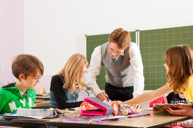 Alunos e aprendizagem de professores na escola Foto Premium