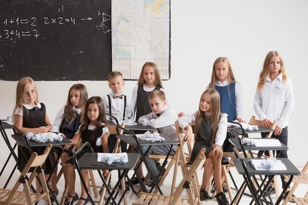 Alunos em sala de aula na lição. Foto gratuita