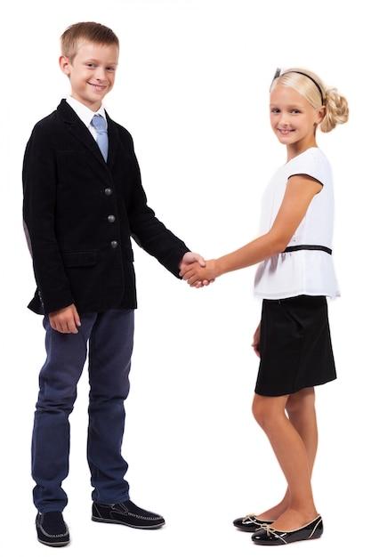 Alunos em ternos de negócio apertam as mãos Foto Premium