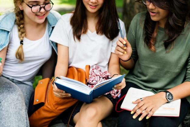 Alunos fazendo lição de casa no parque Foto Premium