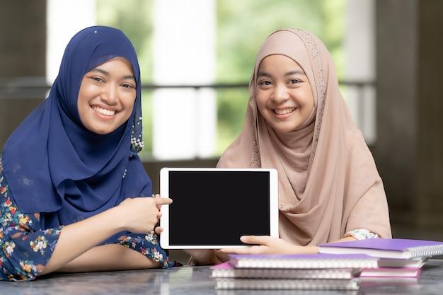 Alunos muçulmanos adolescente com tablet Foto Premium