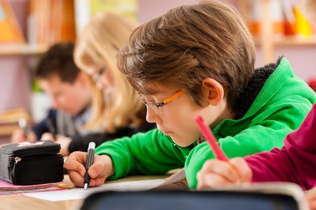 Alunos na escola fazendo a lição de casa Foto Premium