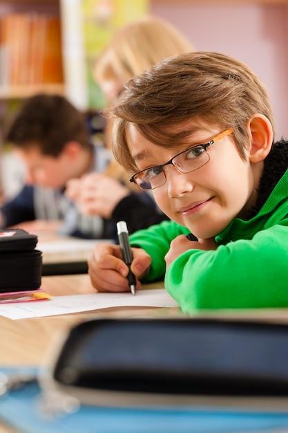 Alunos na escola fazendo lição de casa Foto Premium
