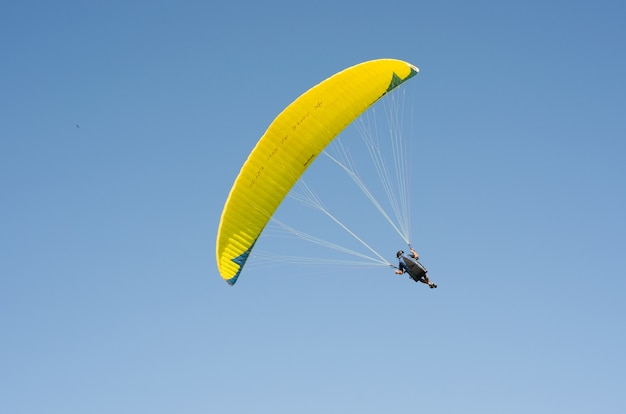 Alunos praticando parapente na colina Foto Premium
