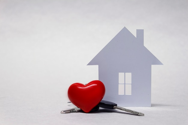 Amada casa com um coração vermelho e um punhado de chaves Foto Premium