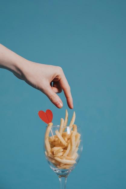 Amando batatas fritas Foto gratuita