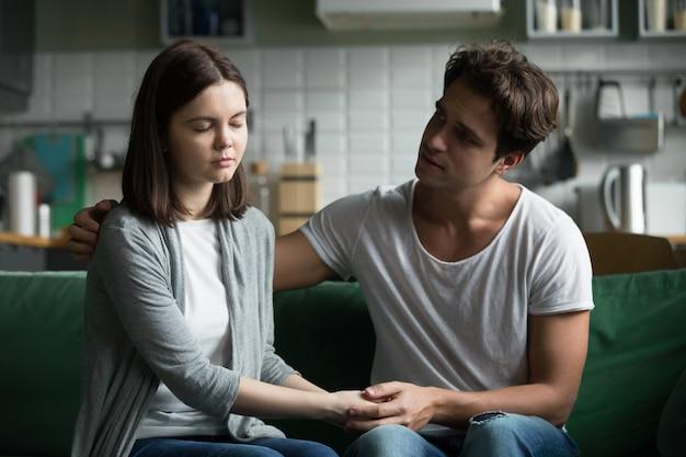 Amando compreensão namorado reconfortante consolando triste namorada sentindo empatia compaixão Foto gratuita