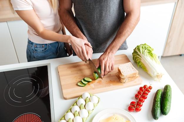 Amando o casal dançando na cozinha e cozinhar juntos Foto gratuita