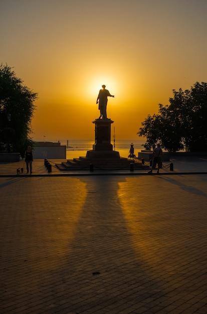 Amanhecer de verão no boulevard primorsky em odessa, ucrânia Foto Premium