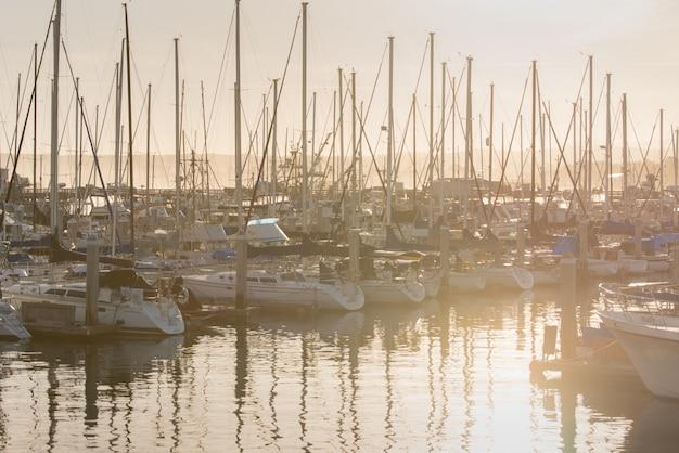 Amanhecer, e, iates, estacionamento, em, cais, em, baía califórnia Foto Premium