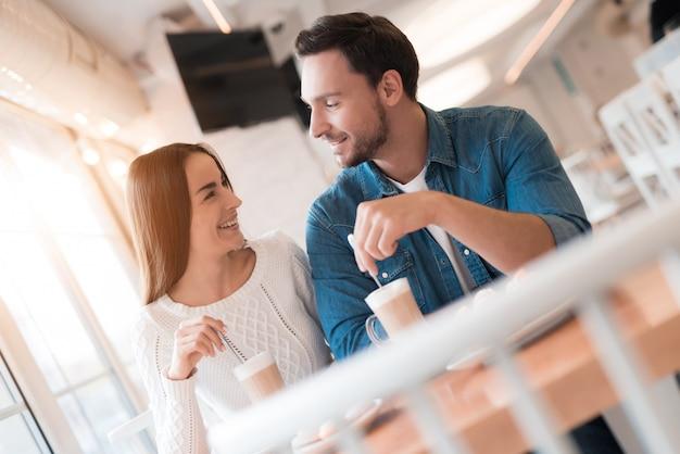 Amantes bebem latte romantic date no café acolhedor. Foto Premium