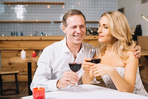 Amantes, desfrutando de um jantar romântico Foto gratuita