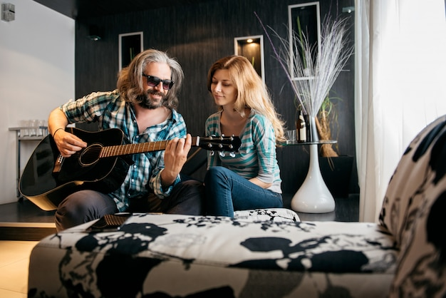 Amar o homem tocando violão para sua mulher Foto Premium