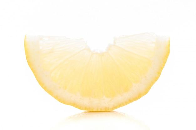 Amarelo de cal cortado no fundo branco. Foto Premium