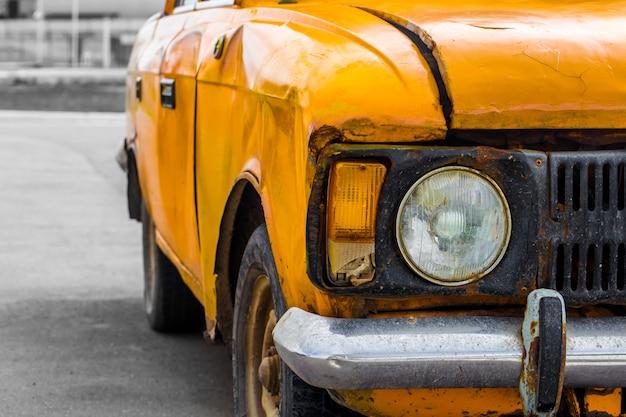 Amarelo de carro antigo. fechar-se. quebrado. Foto gratuita