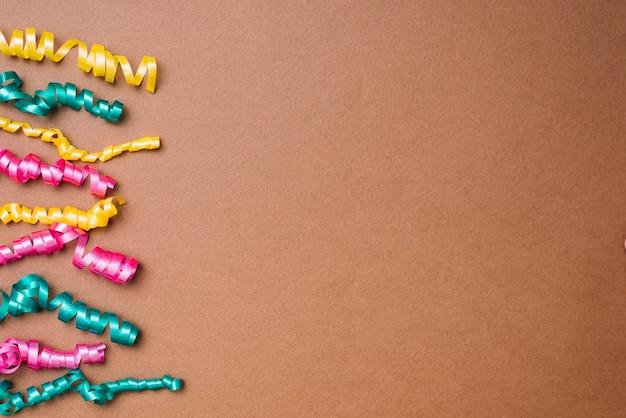 Amarelo; flâmulas verdes e rosa sobre fundo marrom Foto gratuita