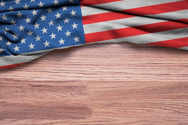 Amassado da bandeira dos estados unidos da américa ou eua em fundo de madeira. Foto Premium