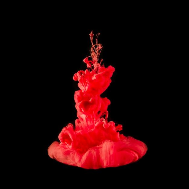 Amazing gotícula vermelha explodindo debaixo d'água Foto gratuita
