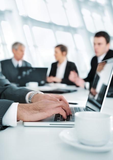 Ambiente de negócios, trabalhando em laptop durante a reunião Foto Premium