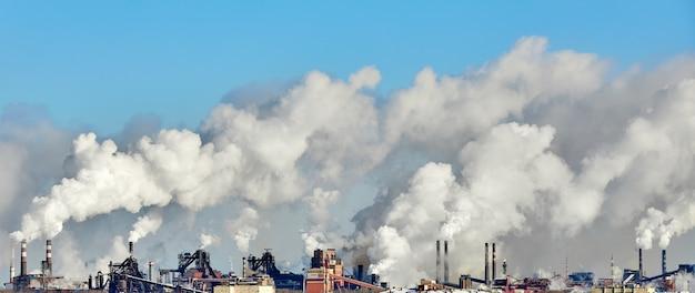 Ambiente ruim na cidade. desastre ambiental. emissões prejudiciais ao meio ambiente. Foto Premium