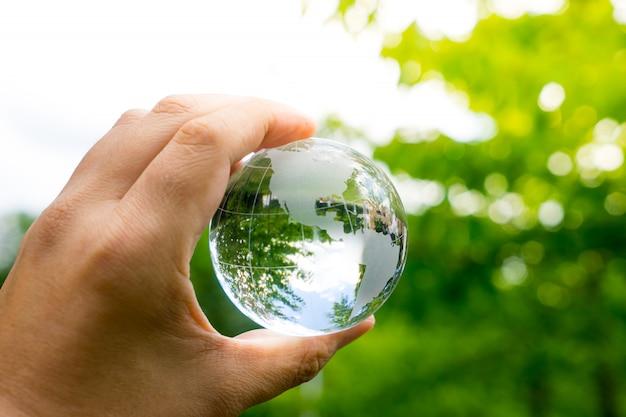 Ambiente verde e ecológico, globo de vidro no jardim Foto Premium