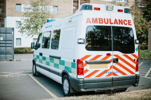 Ambulância britânica estacionada em um estacionamento Foto gratuita