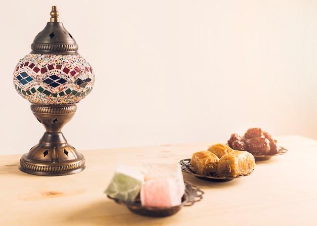 Ameixas secas, perto, baklava, e, turco, delícias, ligado, pires Foto gratuita