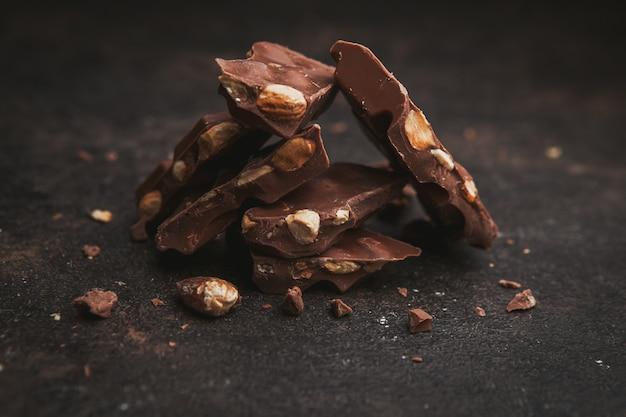 Amêndoa da opinião de ângulo elevado com chocolate no marrom escuro. Foto gratuita