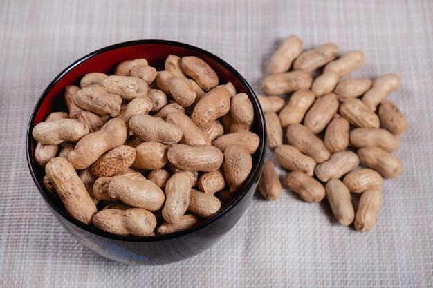 Amendoim em uma tigela Foto Premium