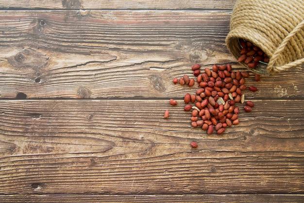 Amendoim, espalhados na mesa Foto gratuita